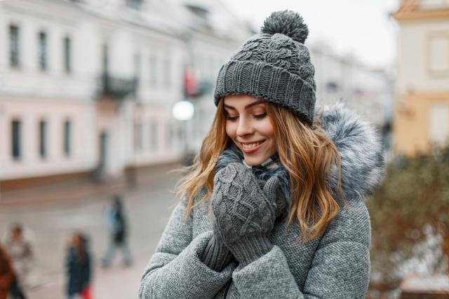 暖かい服装の女性